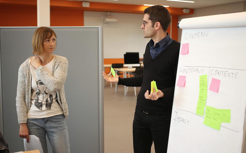 Maud Amand, coach du Media Mix Week-end, en plein échange avec Pascal Couffin, porteur du projet Hein?!